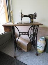 Dekorert Singer symaskin med sybord